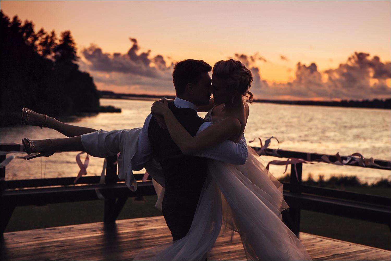kāzu fotogrāfs. saulrieta kāzas un romantika